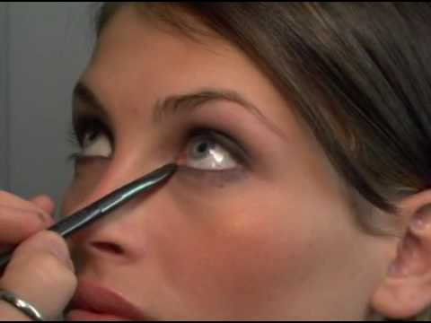 Learn How to Apply Smokey Eye Makeup Easily